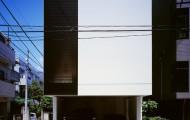 汚だれ付着を抑えるために、コンクリートの壁はとうふのように平滑に仕上げて少し艶ありのシリコン塗装。